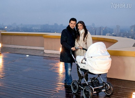 Ани Лорак вместе с Муратом и дочерью на прогулке