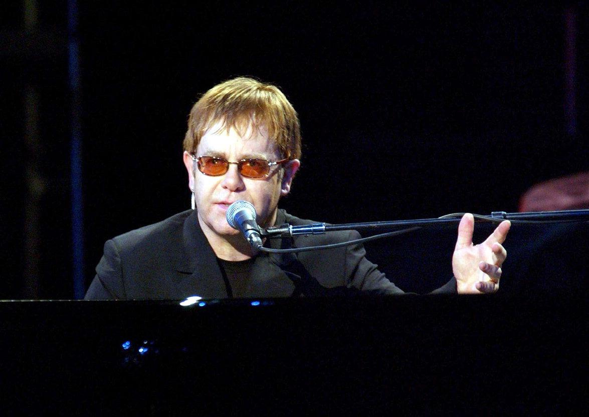 Организаторы концертов Элтона Джона отменили выступление певца на Урале